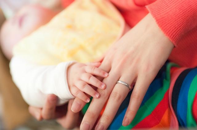 産後の母親と赤ちゃんの手